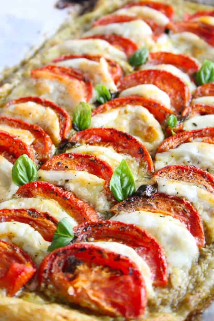 Caprese Plaattaart met geroosterde tomaten | ENJOY! The Good Life