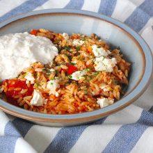 Griekse orzo met kip, feta en tzatziki