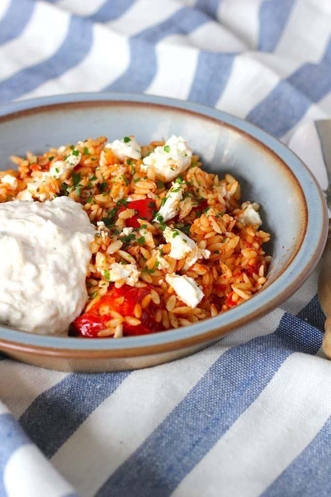 Griekse orzo met kip, feta en tzatziki | ENJOY! The Good Life