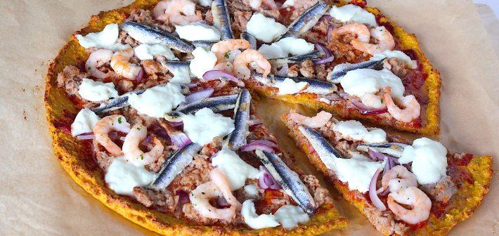 Zoete aardappelpizza met lekkers uit de zee